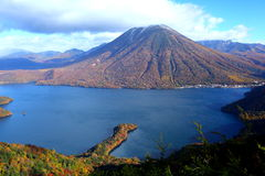 Montagne et étang en automne Images stock