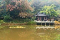 Montagne et temple de Nanjing Xixia en automne Photographie stock libre de droits