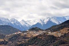 Montagne et village de neige de Meili Images stock