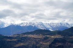 Montagne et village de neige de Meili Images libres de droits