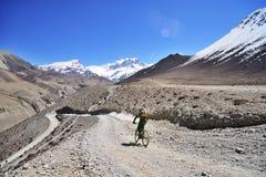 Montagne faisant du vélo au Népal Photos libres de droits