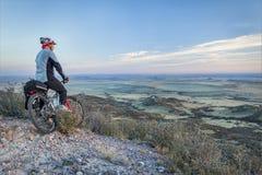Montagne faisant du vélo dans les prairies Photo stock