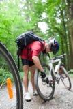 Montagne faisant du vélo dans une forêt Image libre de droits