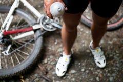 Montagne faisant du vélo dans une forêt Photographie stock libre de droits