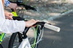 Montagne faisant du vélo en bas de la colline descendant rapidement sur la bicyclette Vue des yeux de cyclistes image stock