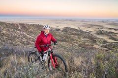 Montagne faisant du vélo en collines du Colorado Photo stock