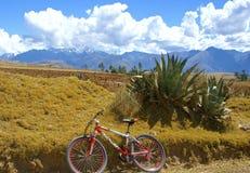 Montagne faisant du vélo en vallée sacrée, Pérou Photos stock