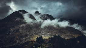 Montagne foncée entourée par le ciel photos libres de droits