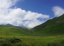 Montagne géorgienne d'herbe photographie stock libre de droits
