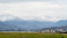 Montagne in Georgia nella città di Batumi immagini stock