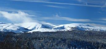 Montagne in giorno di inverno del sole. Caucaso del nord Fotografie Stock Libere da Diritti