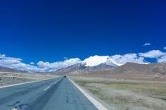 Montagne hightway et nuage Photographie stock libre de droits
