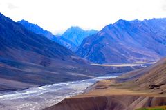 Montagne in Himalaya e fiume secco in mezzo immagine stock libera da diritti
