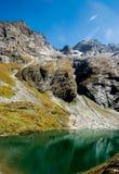 Montagne himalayane e lago verde Fotografia Stock Libera da Diritti