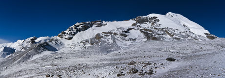 Montagne innevate di mattina sotto cielo blu Immagine Stock Libera da Diritti