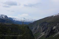 Montagne innevate distanti Immagine Stock