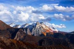 Montagne innevate dorate nel Tibet Fotografia Stock