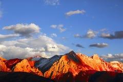 Montagne innevate dorate nel Tibet Immagini Stock Libere da Diritti