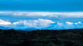 Montagne innevate e lava fotografie stock