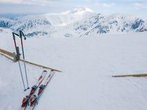 Montagne innevate e sci alpini su una priorità alta Immagini Stock Libere da Diritti