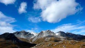 Montagne innevate nelle alpi svizzere nella caduta Immagine Stock