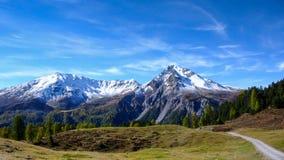 Montagne innevate nelle alpi svizzere nella caduta Fotografia Stock Libera da Diritti