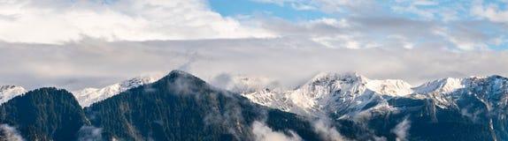 Montagne innevate nelle alpi svizzere vicino a Chur Fotografie Stock Libere da Diritti
