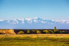 Montagne innevate sopra Almaty Immagine Stock