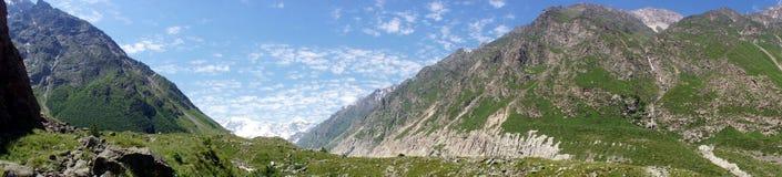Montagne intorno al campo dell'alpinista di Bezengi Immagine Stock Libera da Diritti