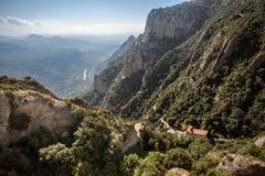 Montagne intorno al monastero di Montserrat fotografia stock libera da diritti