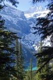 Montagne intorno alla moraine del lago Fotografia Stock
