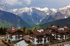Montagne intorno alle case Soci La Russia Immagini Stock