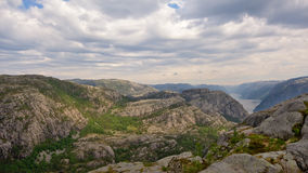 Montagne intorno a Lysefjord, Norvegia, vista da sopra immagine stock
