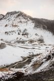 Montagne japonaise de neige de montée pendant la journée photos stock