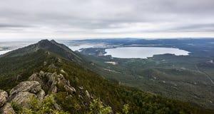 Montagne Kokshetau vue du lac Borovoe Photos stock