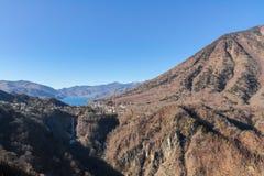 Montagne, lac bleu, grandes chutes sous le ciel bleu Image stock