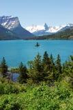 Montagne, lac et île images stock