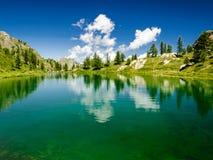 Montagne, lac et nuages Photographie stock