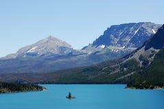 Montagne, lago ed isola Immagini Stock Libere da Diritti