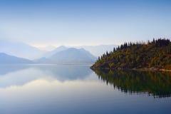 Montagne, legno e waterscape Fotografie Stock Libere da Diritti