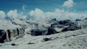 Montagne lunaire de vue aérienne en Italie clips vidéos