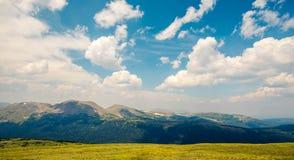 Montagne lungo la strada della cresta della traccia fotografia stock