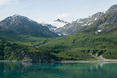 Montagne luxuriante dans la baie de glacier, Alaska Image stock
