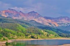 Montagne maestose accanto ad un lago. Fotografie Stock