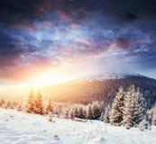 Montagne maestose del paesaggio misterioso di inverno dentro Fotografie Stock
