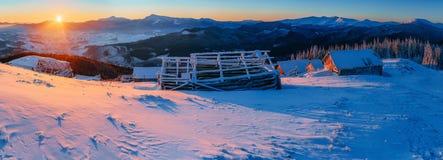 Montagne maestose del paesaggio misterioso di inverno dentro Fotografia Stock
