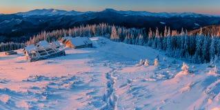 Montagne maestose del paesaggio misterioso di inverno dentro Immagini Stock Libere da Diritti
