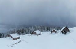 Montagne maestose del paesaggio misterioso di inverno dentro Magica Immagini Stock