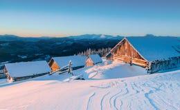 Montagne maestose del paesaggio misterioso di inverno nell'inverno Albero innevato di inverno magico Strada di inverno nelle mont Fotografie Stock Libere da Diritti
