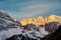 Montagne marrone rossiccio di Belhi in neve ad alba immagini stock